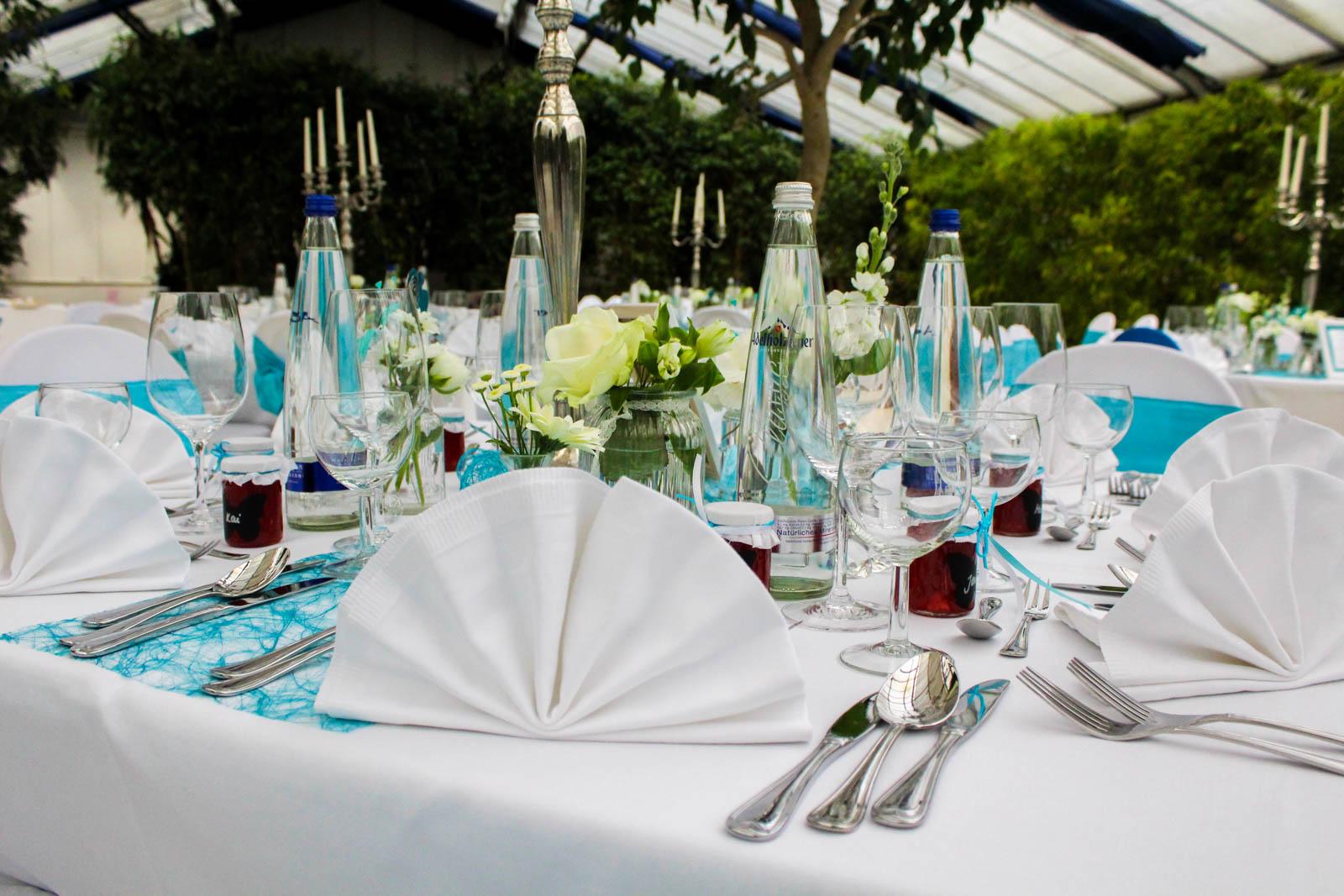 festliche Tische für die Hochzeit