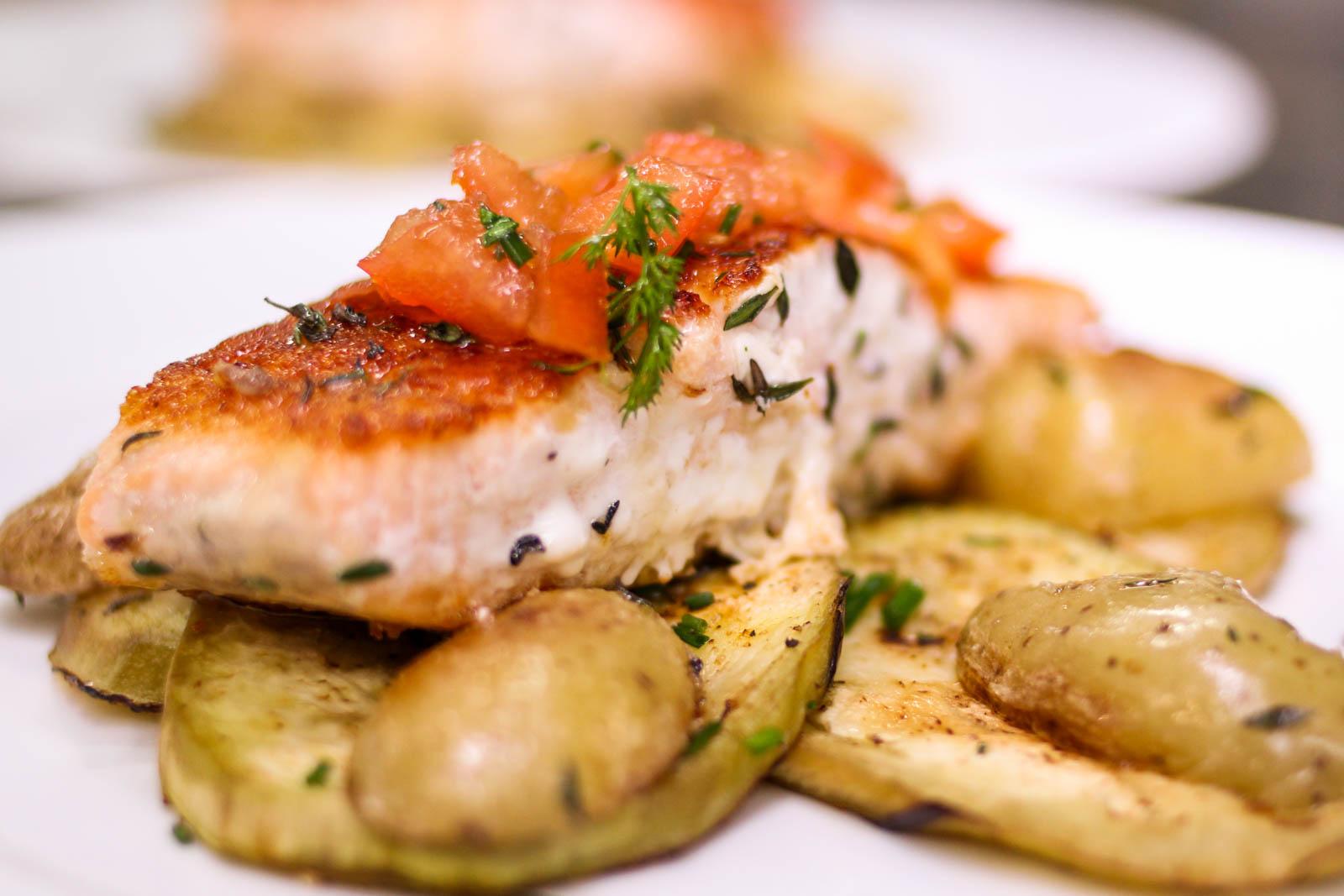 Fischgericht aus Lachsfilet auf Rosmarinkartoffeln und Auberginencarpaccio