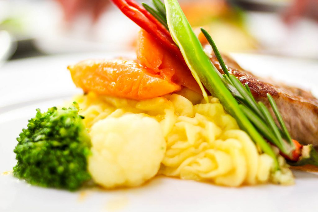 Tranchen von der Kalbslende auf Kartoffel-Safran-Püree mit frischem Gemüse