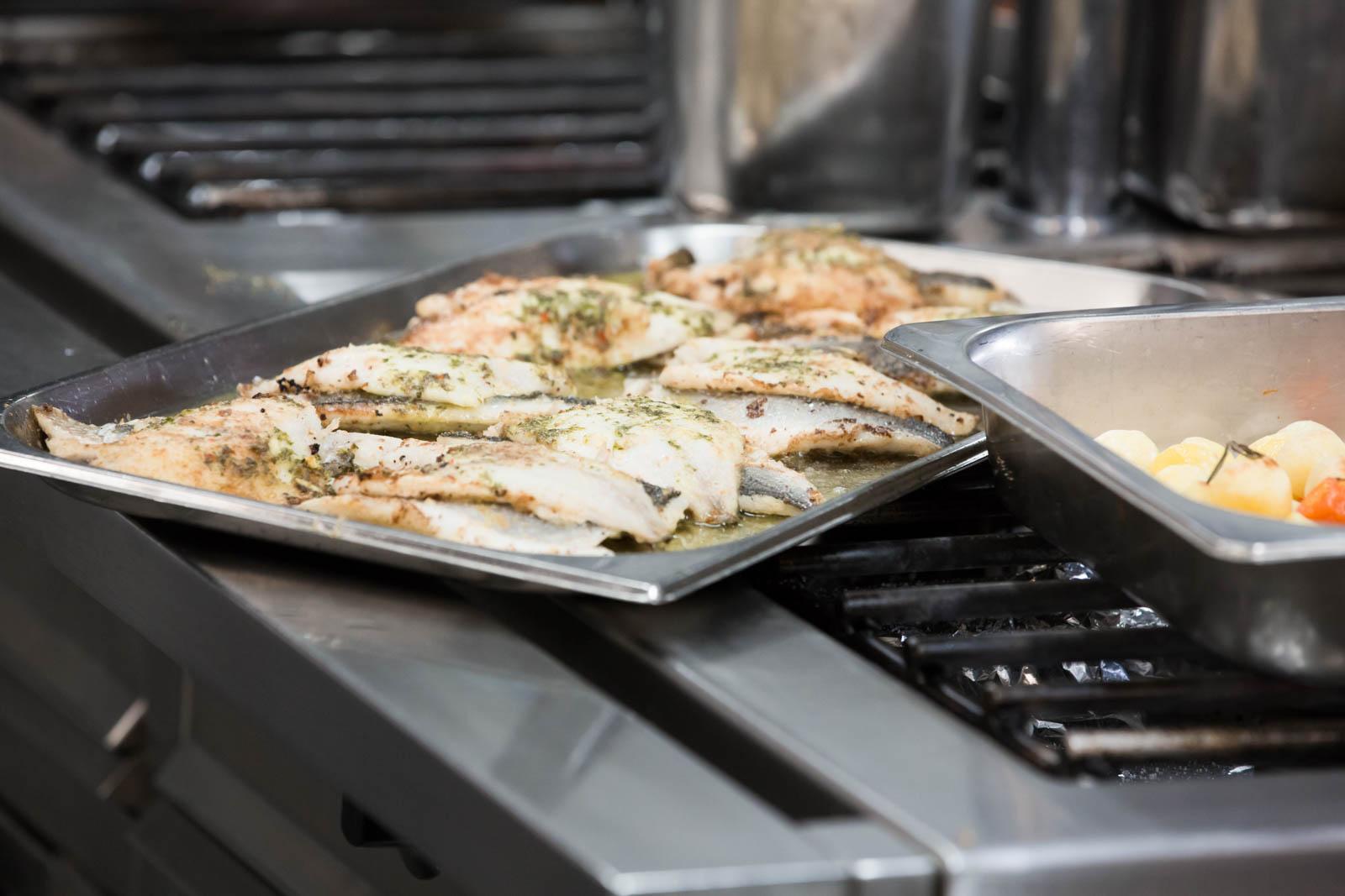 """Fischgericht """"Doradenfilet vom Grill bei der Zubereitung"""