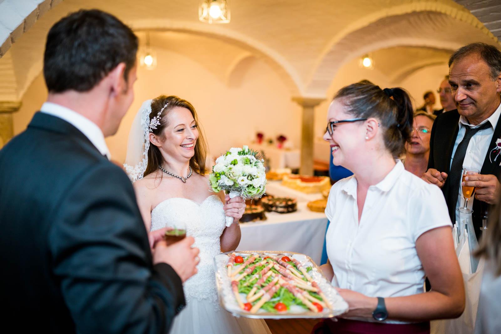 Auf deiner Hochzeit wird Kaffee und Kuchen im Gewölbehof serviert