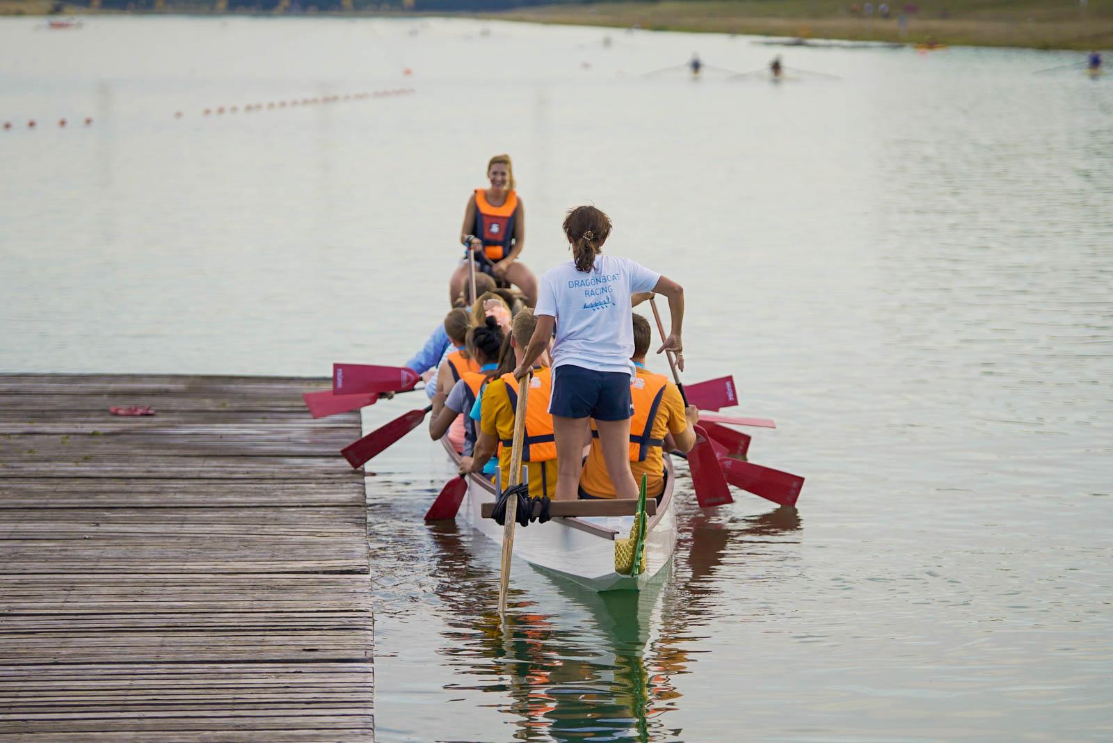 Der Trommel und der Steuermann losen das Drachenboot