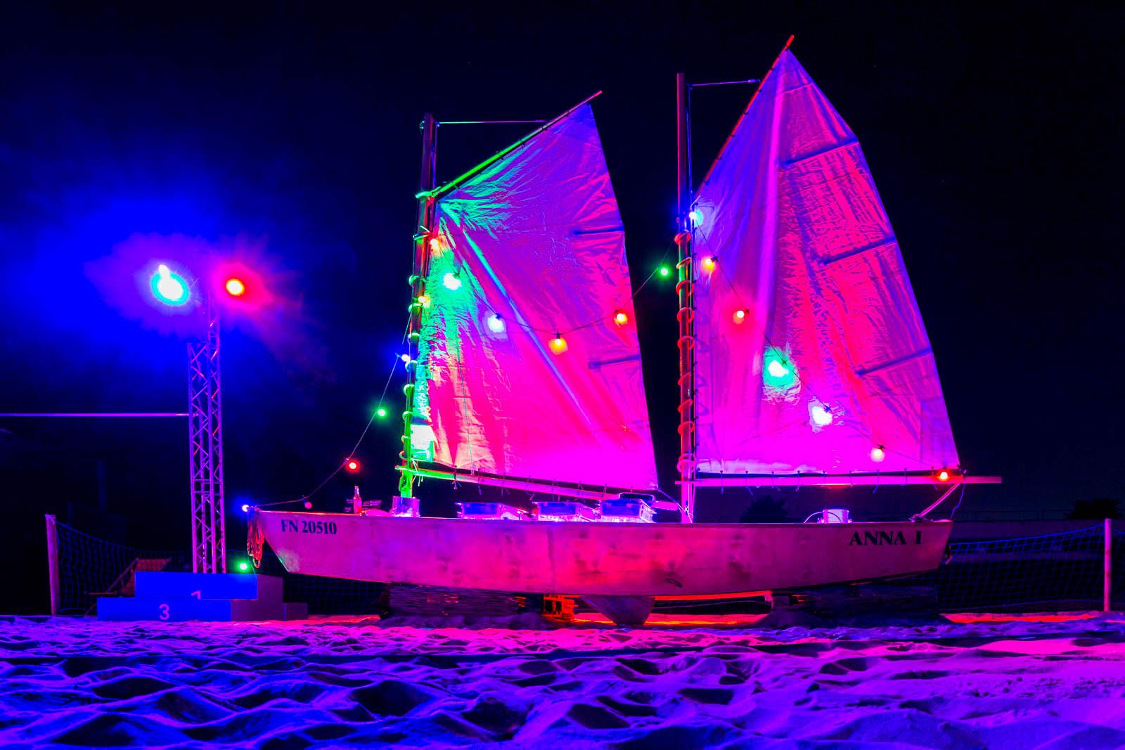 mit einer tollen Beleuchtung die Strandparty genießen
