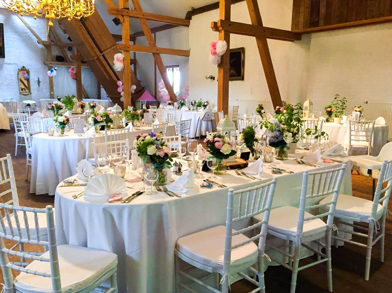 Tiffanistühle für die Hochzeit in der Scheune