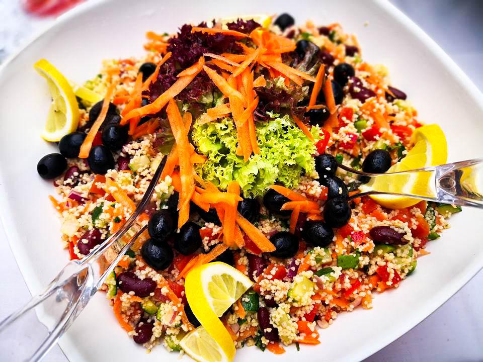 frischer Salat gehört zum Lunchpaket