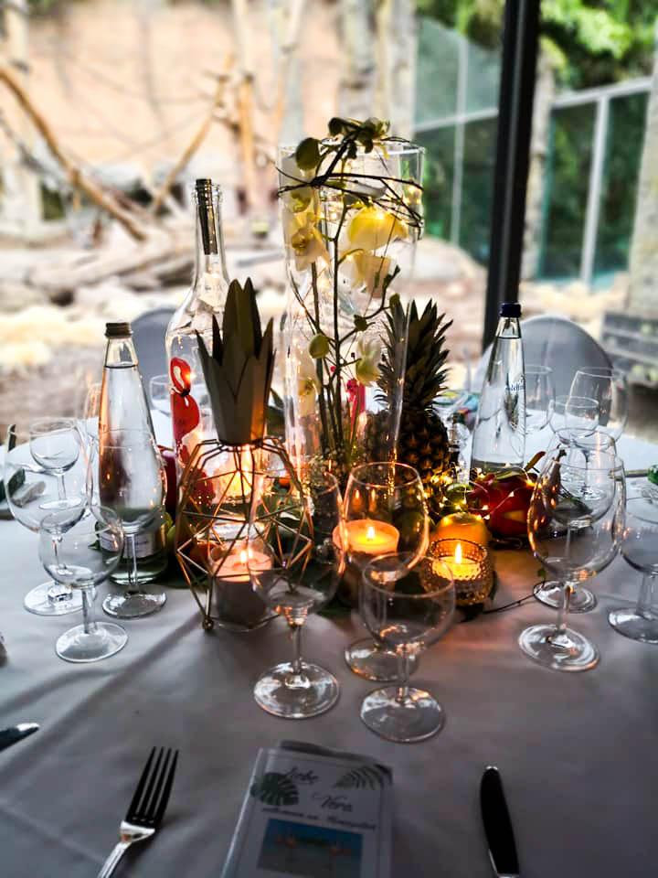 der gedeckte Tisch für die Hochzeit