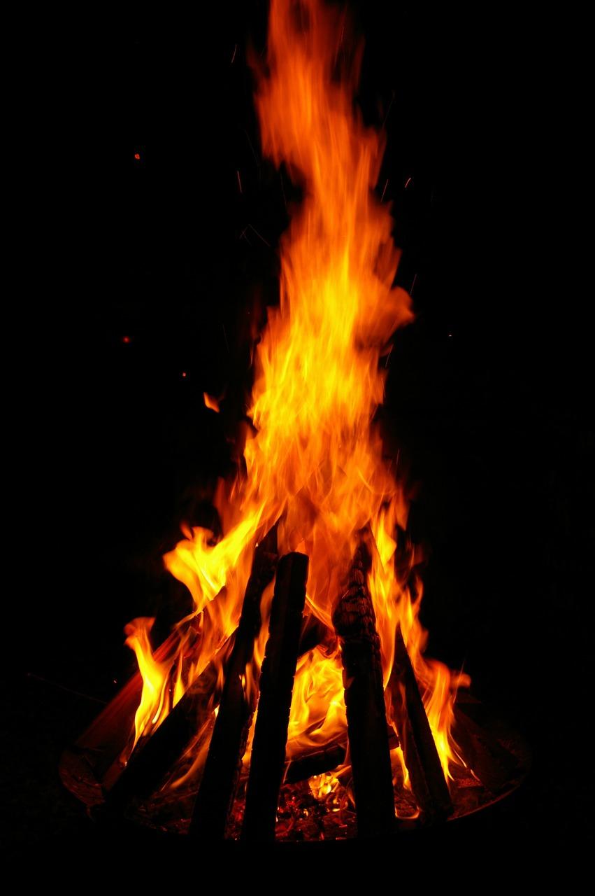 Lagerfeuer vor der Berghütte