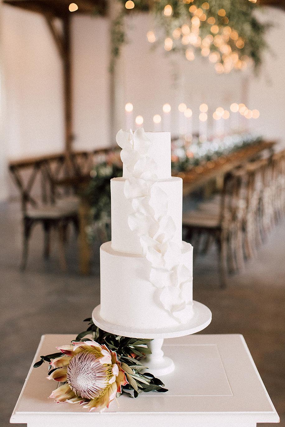 Die Hochzeitstorte in der Hochzeitslocation präsentieren